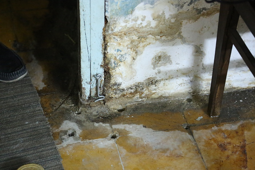 Vào mùa mưa sàn nhà ngập nước hộ dân tầng 3 phải khoan lỗ để thông nước xuống tầng dưới.