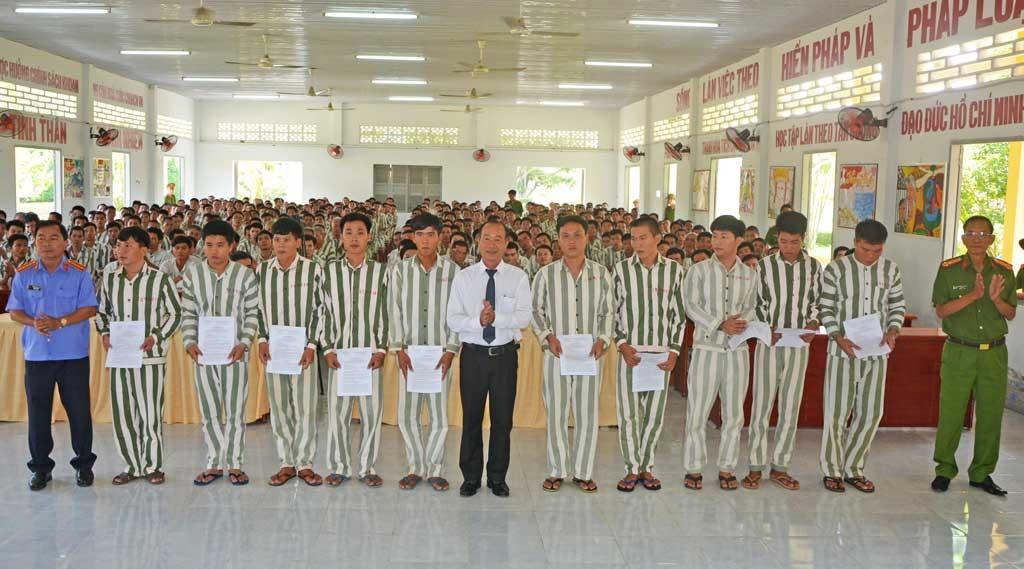 Ông Lê Văn Lợi – Chánh án TAND tỉnh Long An trao quyết định đặc xá và giảm án cho các phạm nhân