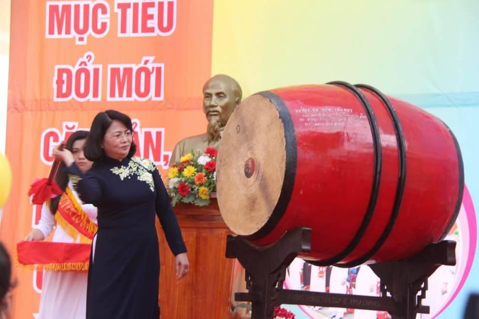 Phó Chủ tịch nước Đặng Thị Ngọc Thịnh đánh trống khai giảng tại trường Lương Thế Vinh
