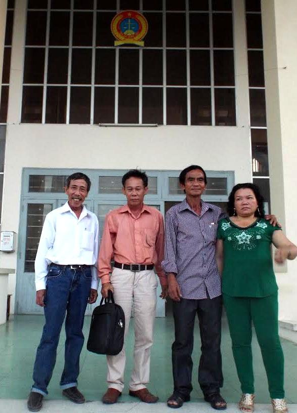 Ông Huỳnh Văn Nén cùng vợ, thầy Nguyễn Thận và luật sư Phạm Công Út tại buổi thương lượng ngày 31/8