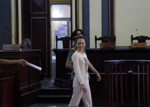 Hoa hậu Trương Hồ Phương Nga tại tòa