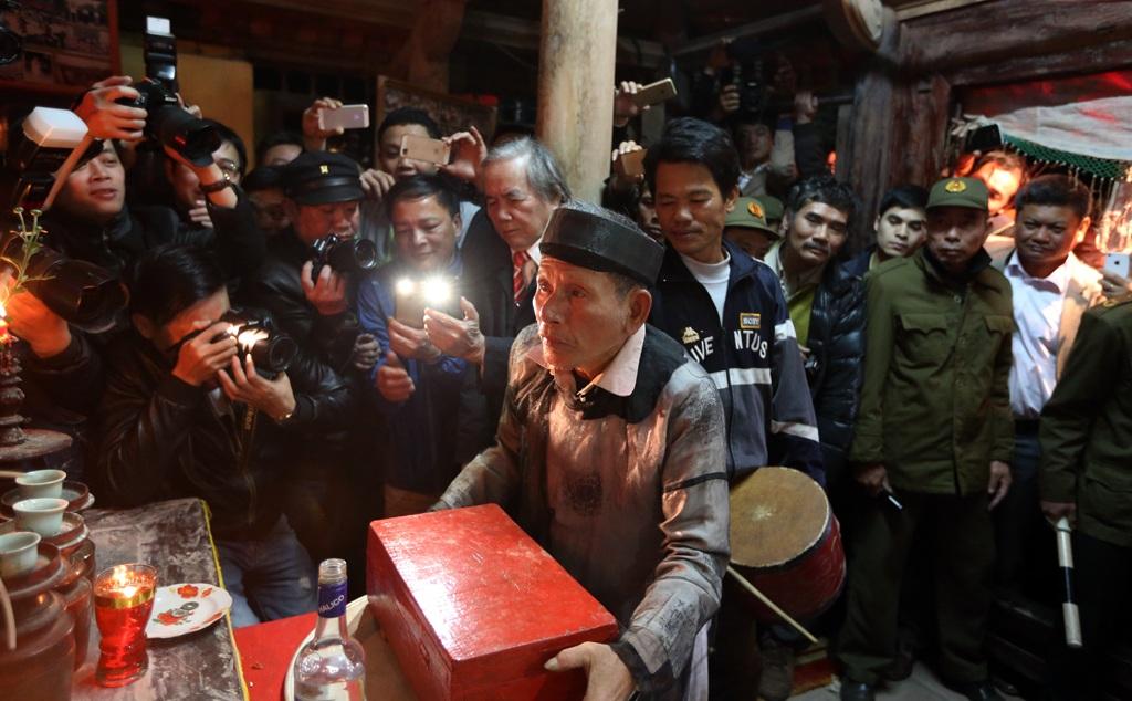 Hộp Nõ và Nường được đặt trước bàn thờ để chuẩn bị cho nghi thức quan trọng nhất.