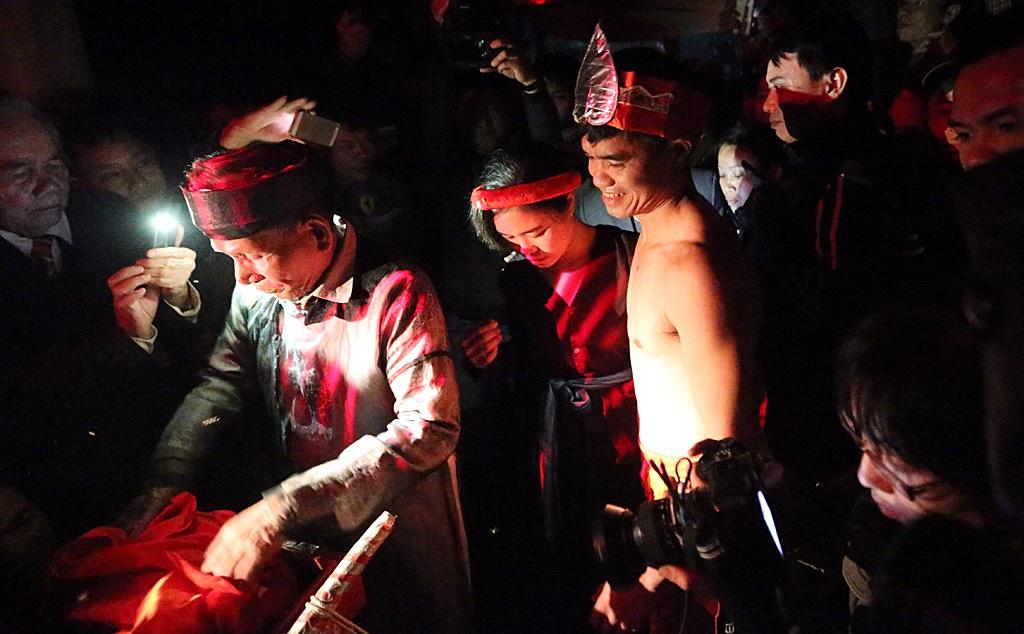 Lúc này đèn điện trong miếu được tắt hết để vị trưởng lão lấy vật thiêng đưa cho đôi nam nữ.