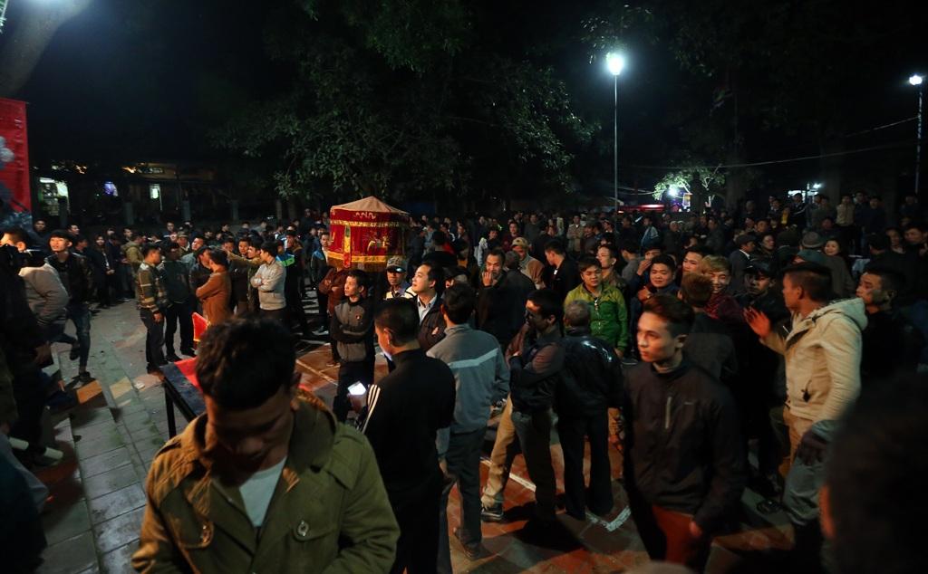 Hơn 1h sáng, trước sân Miếu Trò vẫn còn kín người tiếc nuối cố nán lại dù lễ hội đã kết thúc.