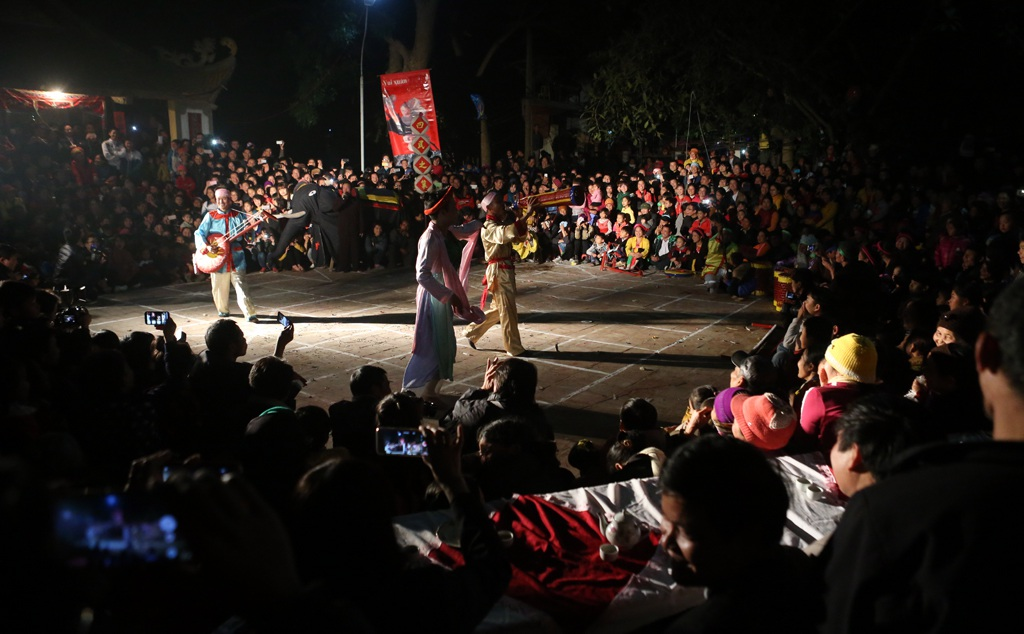 Các tiết mục diễn trò nhận được sự hưởng ứng tham gia cổ vũ của hàng ngàn người dân và du khách.