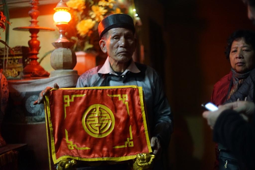 Đến 11h đêm, cụ Nguyễn Thành Ngữ là Từ ở miếu Trò bắt đầu chuẩn bị cho phần lễ.