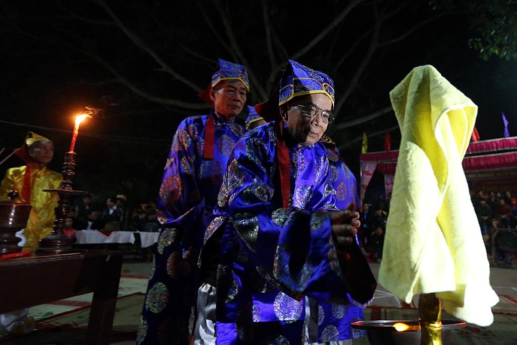 Các cụ bô lão trong làng rửa sạch tay trước khi tham gia phần dâng lễ.