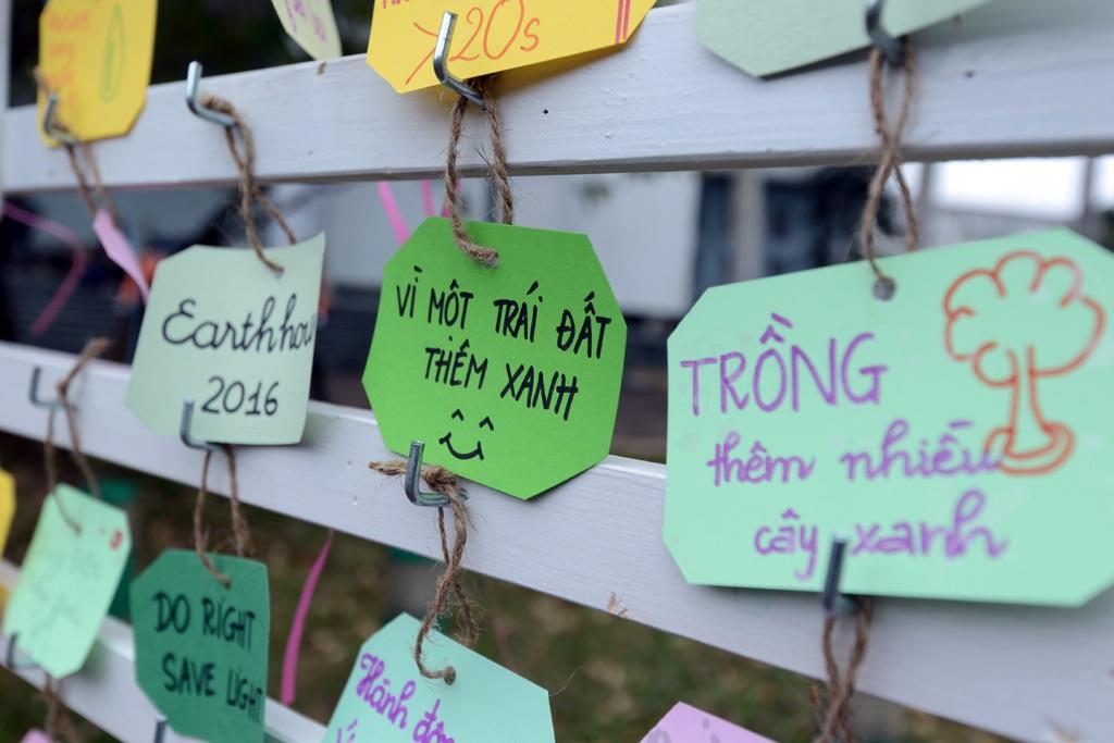 Các khẩu hiệu kêu gọi tiết kiệm năng lượng, bảo vệ thiên nhiên môi trường được các trẻ viết lên những ô giấy nhỏ.