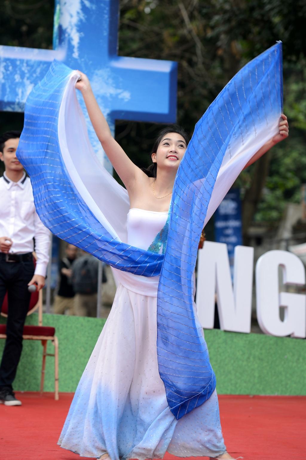 Màn múa đẹp mắt của vũ công nhận được sự cổ vũ nhiệt tình của khán giả.