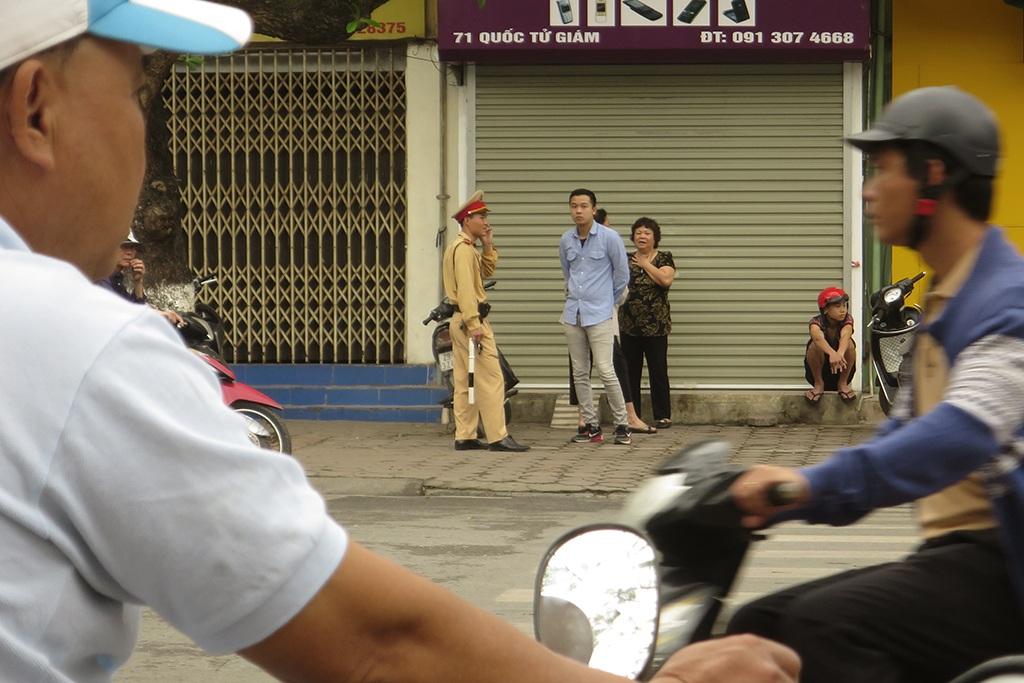 Nhiều trường hợp vi phạm cũng đã bị cảnh sát giao thông xử lý song ý thức người tham gia giao thông chẳng được cải thiện là bao. Cảnh lộn xộn này hàng ngày vẫn tiếp diễn ngay trước cửa khu di tích Văn Miếu - Quốc Tử Giám, biểu tượng văn hóa và giáo dục của Thủ đô.