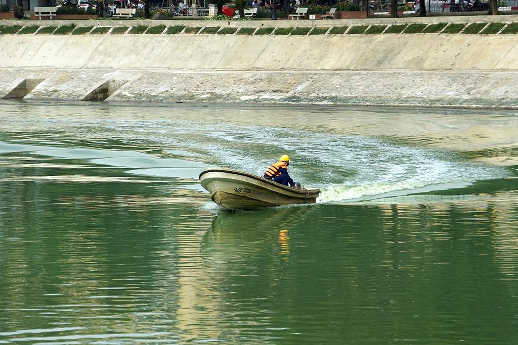 Sau phản ánh về tình trạng hồ Ngọc Khánh ô nhiễm gây ảnh hưởng nghiêm trọng tới cuộc sống người dân xung quanh, chiều nay 9/5, Ban quản lý Dự án Thoát nước Hà Nội cử hàng chục nhân công tới vệ sinh hồ. Công trình cải tạo hồ Ngọc Khánh là 1 trong 5 hạng mục quan trọng của dự án cải thiện môi trường của thủ đô Hà Nội.