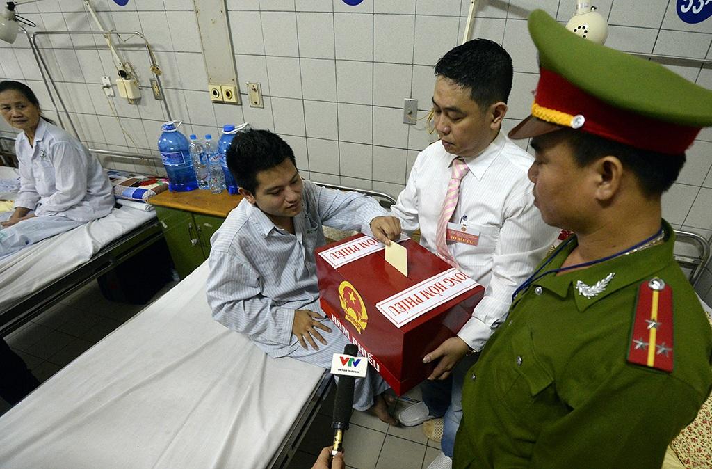 Anh Nguyễn Minh Học (SN 1995) ở Hai Bà Trưng, Hà Nội, 1 trong 2 cử tri là bệnh nhân trẻ tuổi nhất trong bệnh viện Bạch Mai được bỏ phiếu bầu tại giường bệnh trong sáng nay.