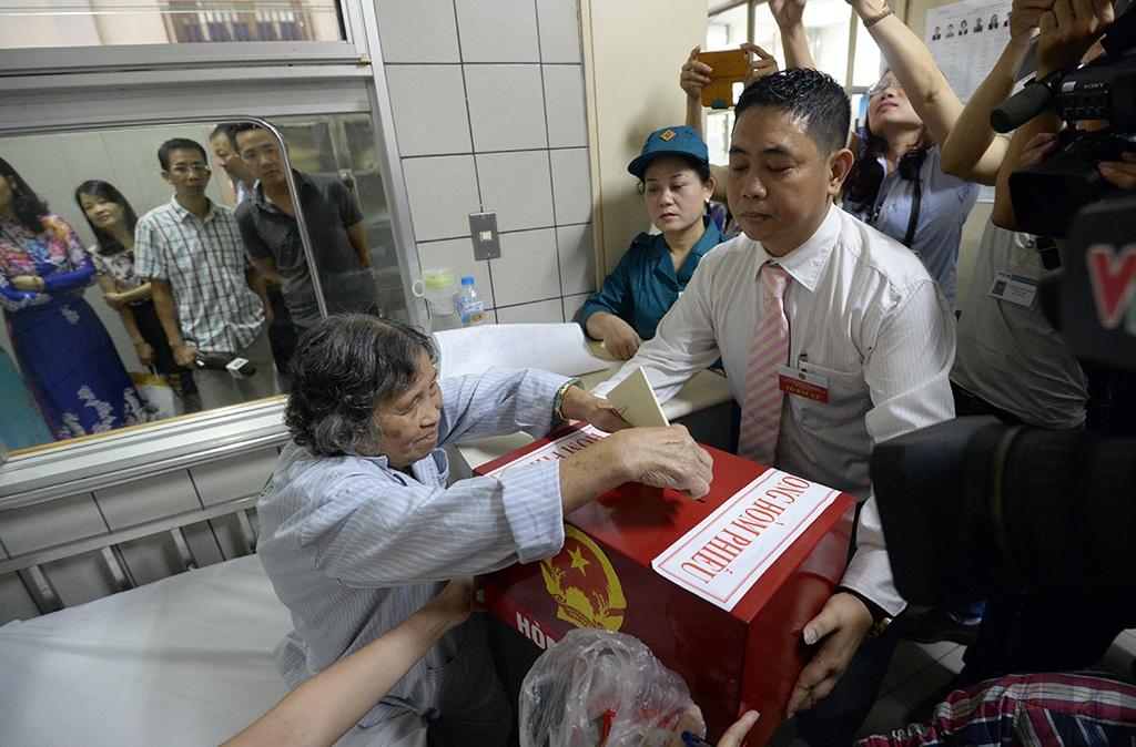 Cụ Mai Thị Chính (SN 1939) ở Trần Khát Chân, Hà Nội là người bỏ phiếu đầu tiên tại bệnh viện Bạch Mai trong buổi sáng hôm nay.