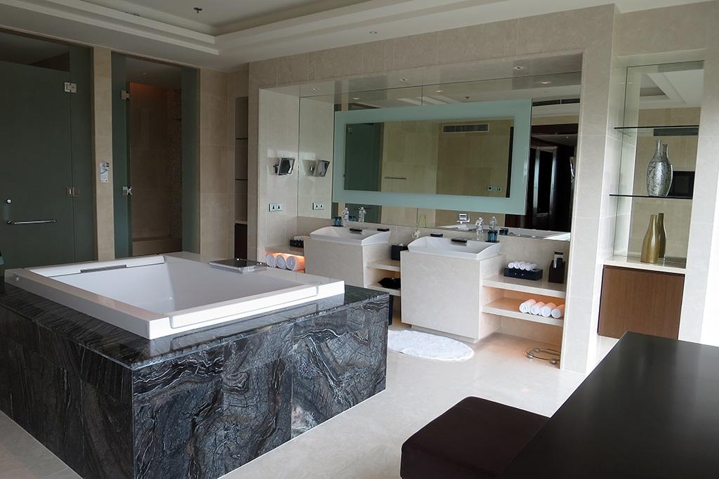 Phòng tắm rộng, sáng với những thiết bị vệ sinh hiện đại nhưng theo phong cách đơn giản.