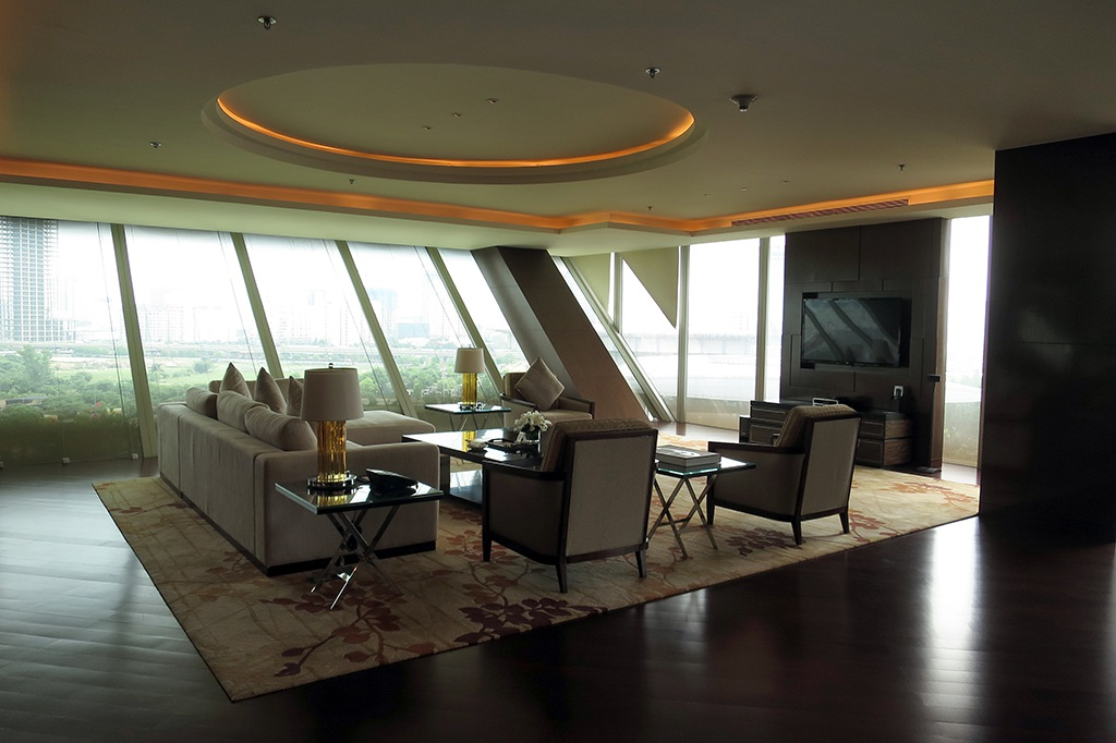 Bước qua cửa chỉnh là phòng khách rộng lớn tràn ngập ánh sáng.