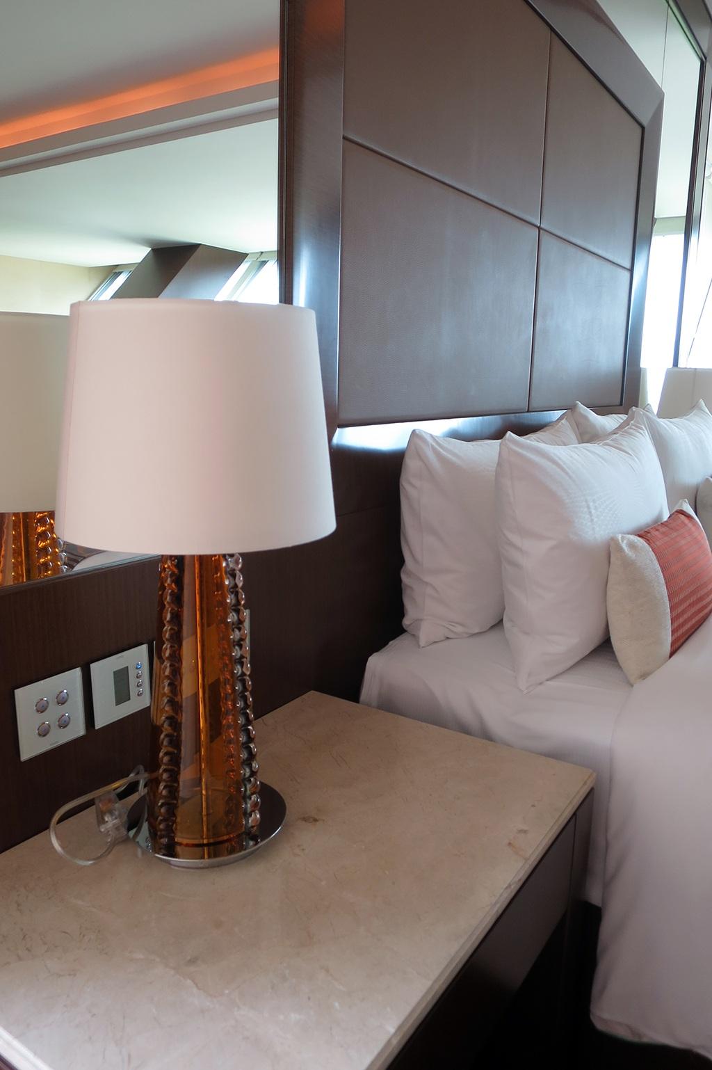 Đèn ngủ vẫn được đặt tại đầu giường như thường thấy.