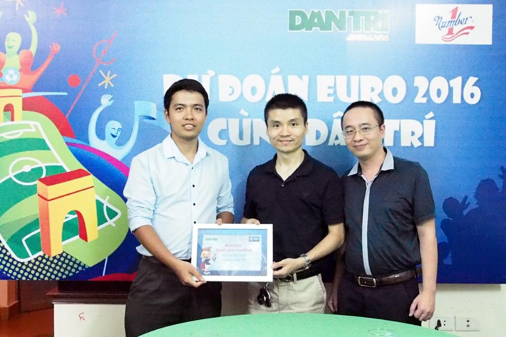 Trao thưởng cho độc giả được ủy quyền cho chị Nguyễn Thị Thêu đã đoán chính xác trận tứ kết Đức - Italia