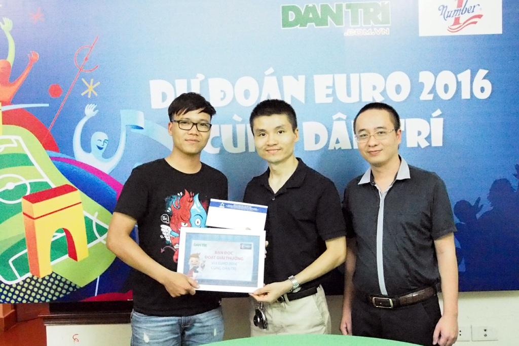 Trao thưởng trị giá 5 triệu đồng cho độc giả Nguyễn Bá Chính, dự đoán chính xác trận bán kết Euro 2016 Bồ Đào Nha 2-0 Wales