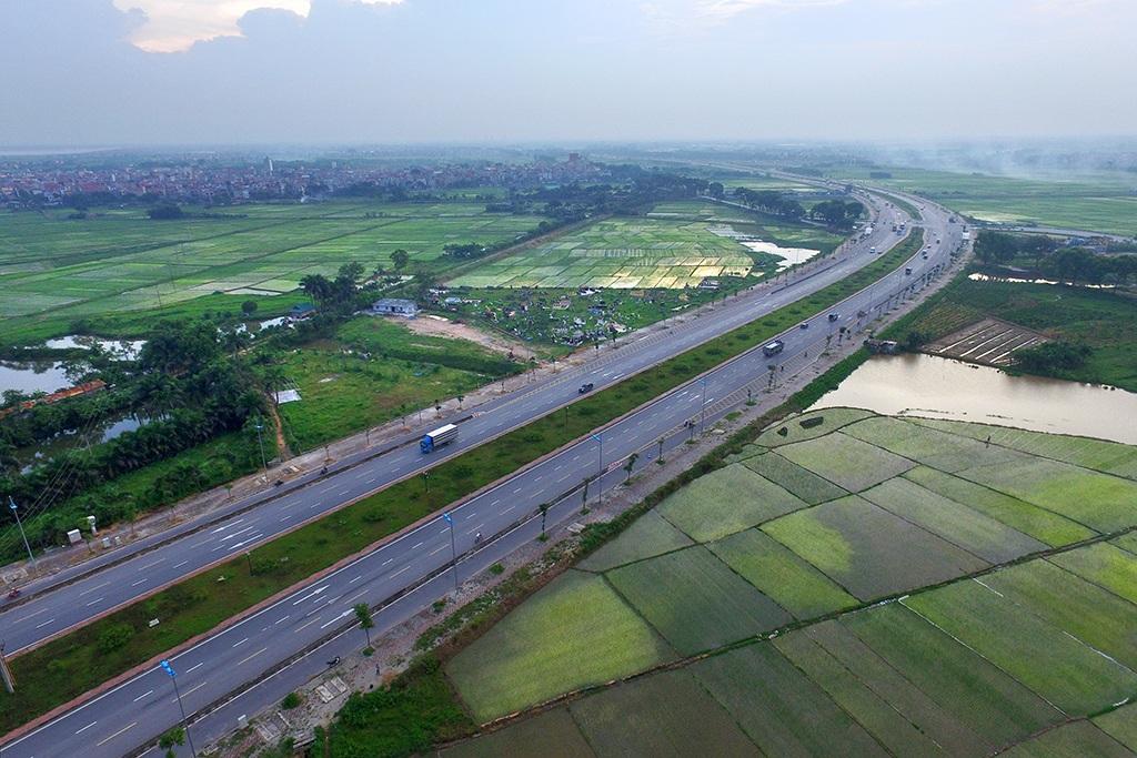 Hai bên là đồng ruộng xanh mướt của làng quê ngoại thành. Đường dài 4,8km, rộng 68m.