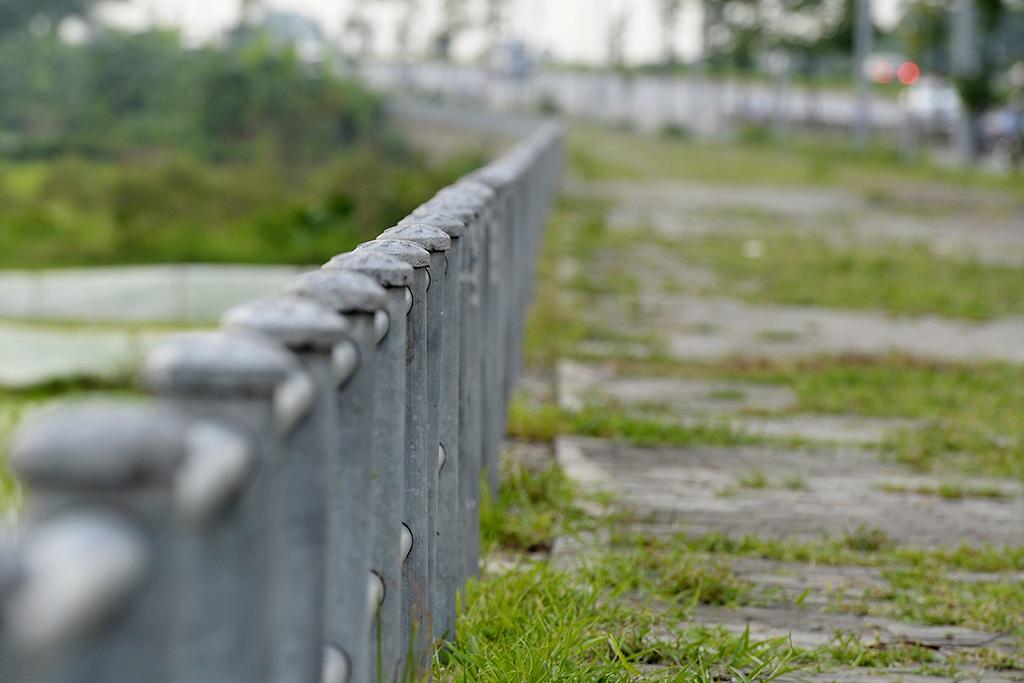 Nhiều đoạn đường có mép ngoài tiếp giáp và cao hơn đồng ruộng nên được lắp đặt lan can sắt.