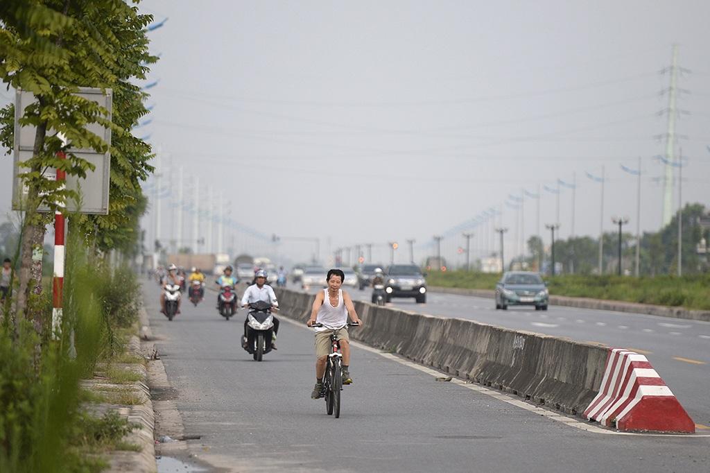 Mỗi chiều đường có 3 làn xe ôtô và 1 làn cho xe máy, xe đạp.