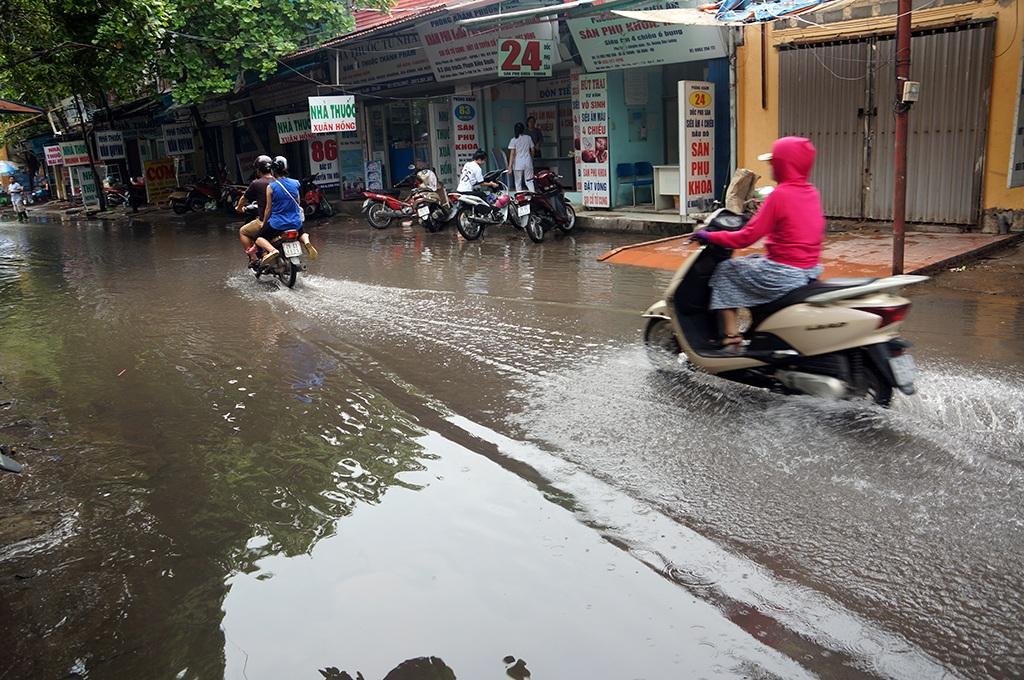 Hình ảnh người dân khổ vì nước thải ngập cổng bệnh viện Phụ sản Hà Nội - 12