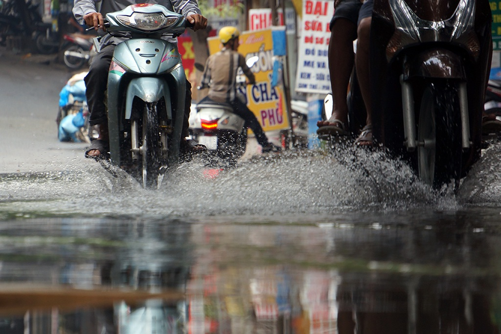 Mỗi lần có xe cộ qua lại, nước bẩn lại dềnh lên, bốc mùi hôi thối.