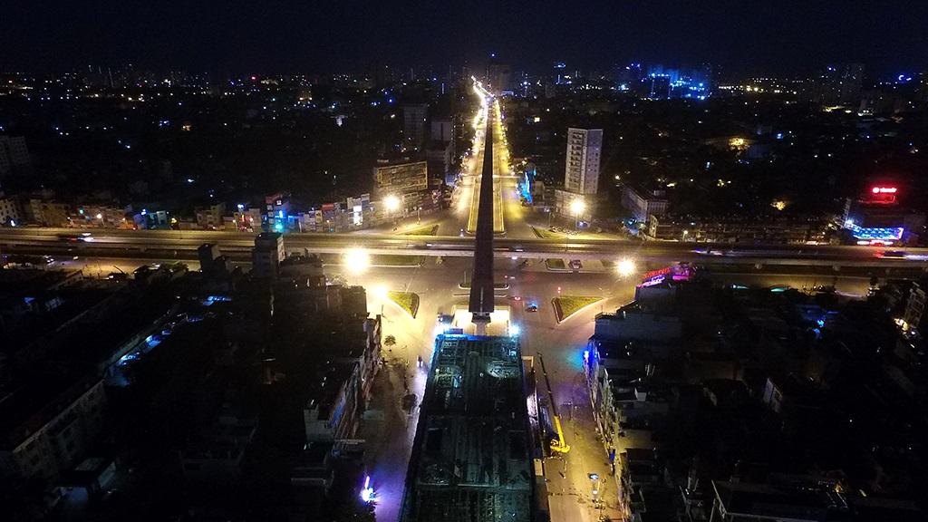 Đường Nguyễn Trãi (Thanh Xuân) với công trình đường sắt trên cao đang xây dựng.