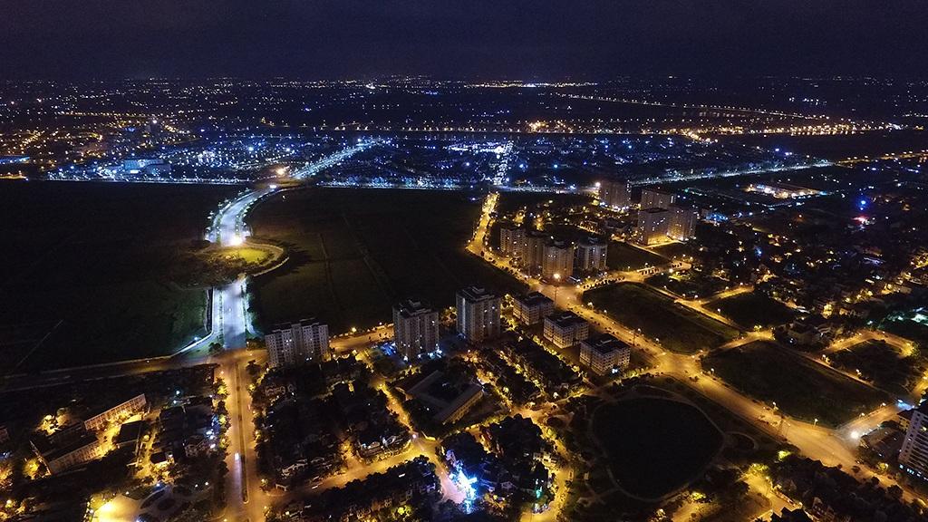 Một góc quận Long Biên trong hướng nhìn về phía trung tâm Hà Nội. Kể từ khi tách ra khỏi huyện Gia Lâm năm 2003, quận Long Biên đã có nhiều thay đổi, những khu đô thị mới liên tục hình thành.
