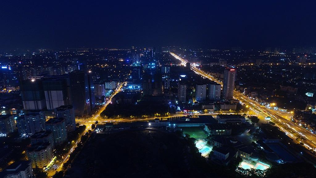 Những trục đường lớn sáng rực trong đêm trong góc nhìn trên cao ở quận Thanh Xuân hướng về trung tâm Hà Nội.