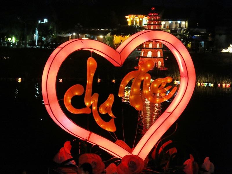 Hoa đăng nghệ thuật tỏa sáng trên sông Hoài ngày rằm tháng Bảy âm lịch