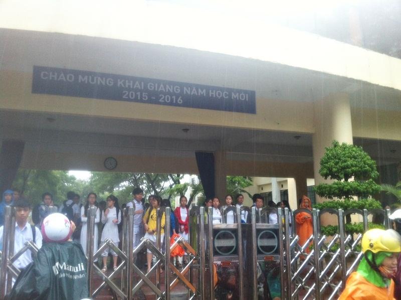 Do cúp điện, nên trường THPT Phan Châu Trinh chưa thể mở cổng chính vận hành bằng điện năng