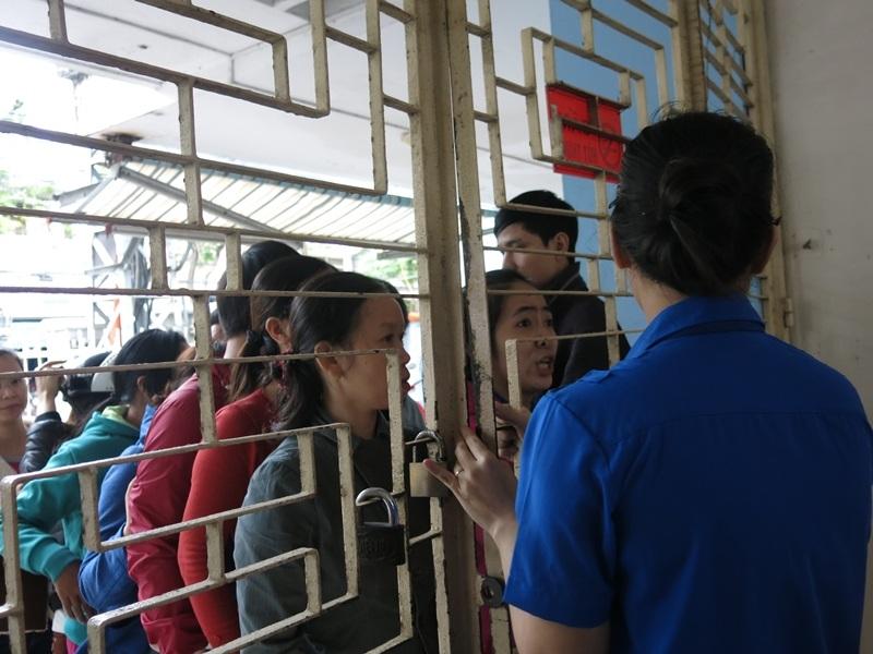 Chờ đợi đến lượt được vào bên trong Trung tâm để lấy phiếu đăng ký