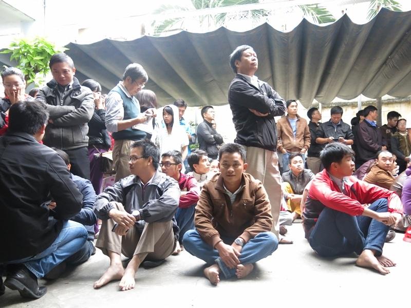 Người dân chờ lấy phiếu đăng ký tiêm vắc xin Pentaxim cho con em tại Đà nẵng