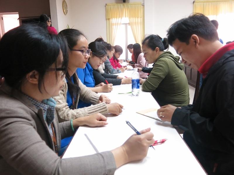 Nhiều bàn đăng ký được bố trí để rút ngắn thời gian chờ đợi cho người dân