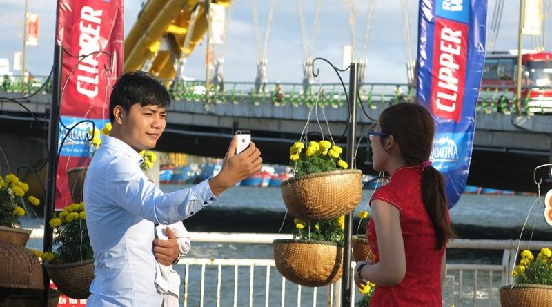 """Giới trẻ Đà thành """"khoe"""" ảnh Tết sớm với đường hoa xuân - 4"""