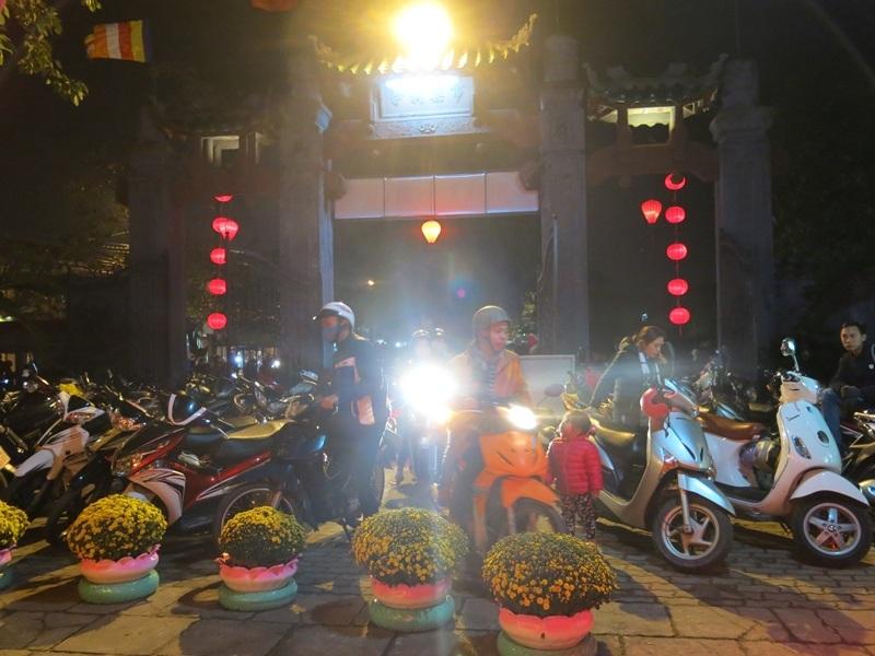 Sau thời khắc giao thừa, người xe đổ về chùa cầu an, xin lộc đầu năm mới