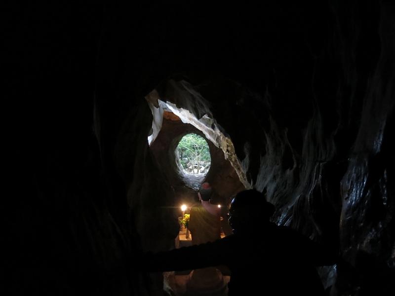 Đường lên đỉnh động Vân Thông có những đoạn nhỏ hẹp thử thách du khách
