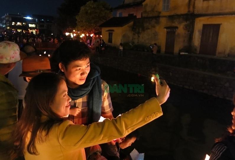 Ghi ảnh kỷ niệm đêm phố cổ ở Hội An