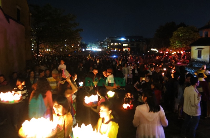 Khắp phố đông kín người trong đêm rằm 14 tháng Giêng ở Hội An
