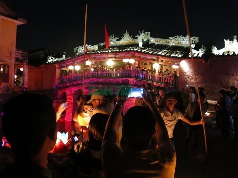 Phố cổ Hội An đông kín người trong đêm rằm tháng Giêng - 2
