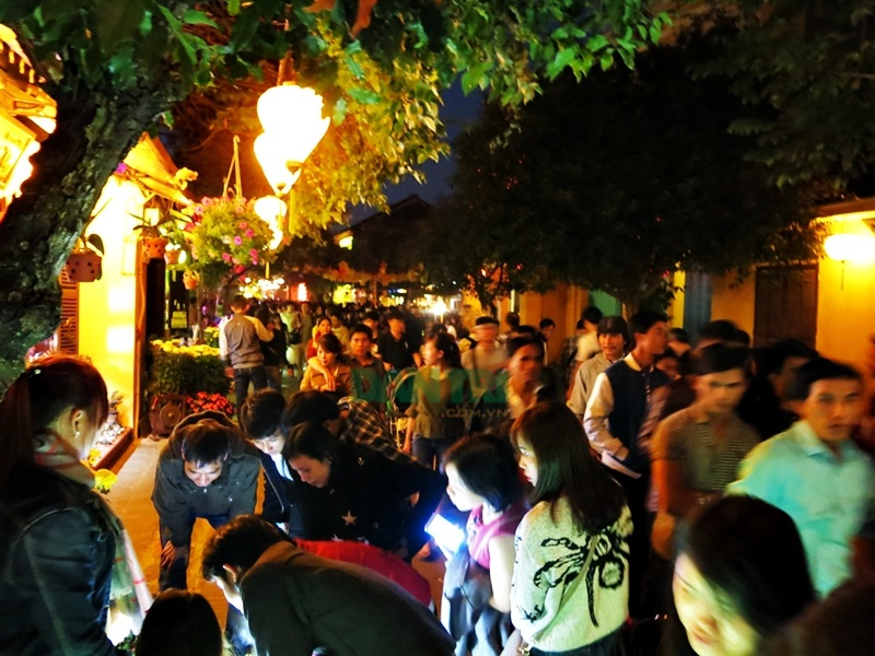 Phố cổ Hội An đông kín người trong đêm rằm tháng Giêng - 3