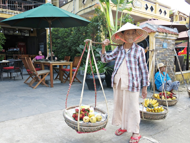 Bà Ngô Thị Đại- cụ bà gánh hàng rong ở phố cổ Hội An có thể nói và hát tiếng Hàn Quốc
