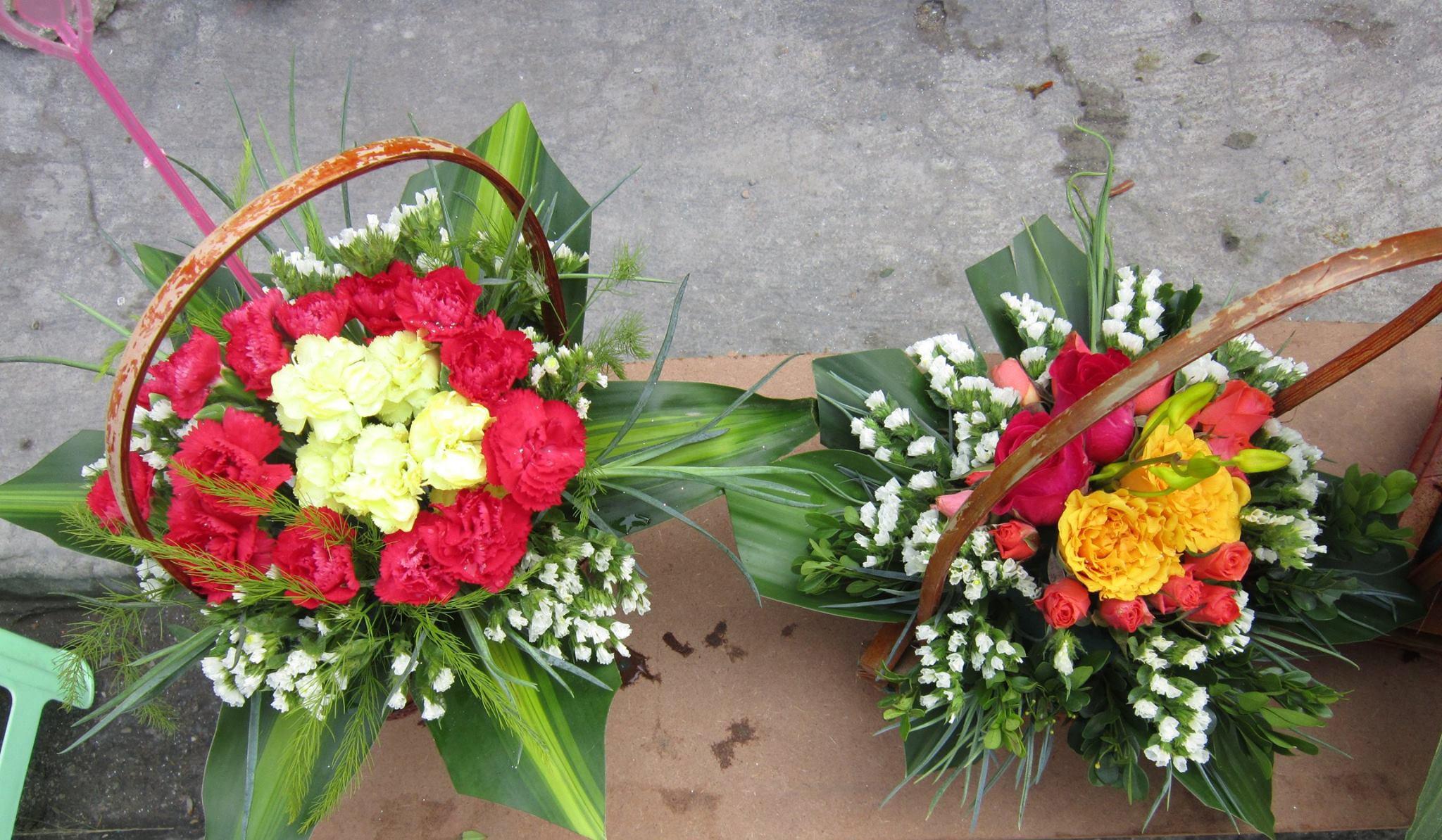 Các bó , lẵng hoa được làm bằng cả tình yêu, sự sẻ chia của các bạn trẻ