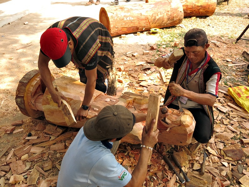 Những pho tượng gỗ được hình thành dưới đôi bàn tay khéo léo sử dùng những dụng cụ đục đẽo thô sơ của các nghệ nhân