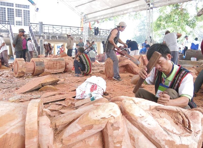 Các nghệ nhân Tây Nguyên thi tài chế tác tượng gỗ dân gian