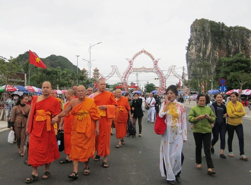 Cao tăng,Phật tử, du khách khắp nơi về lễ hội Quán Thế Âm