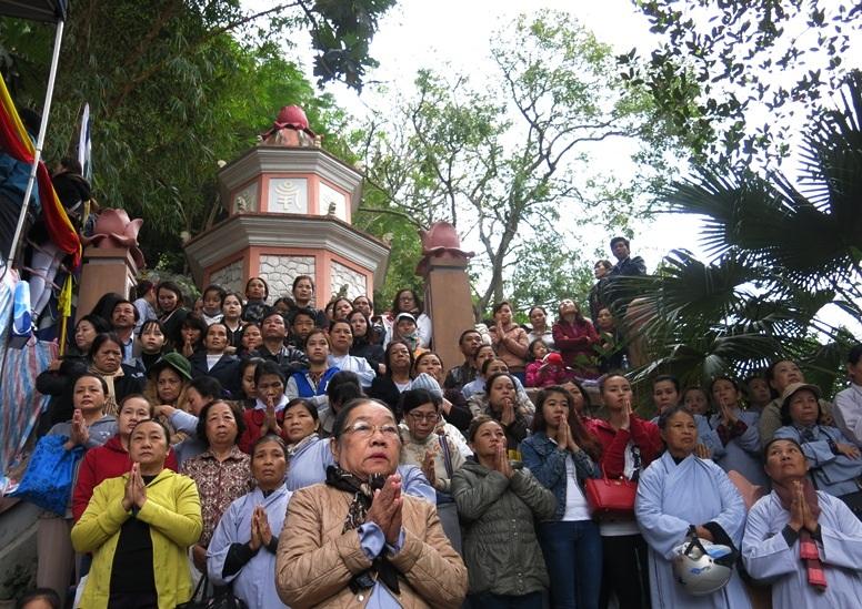 Phật tử thành kính lễ Phật hướng tới những điều tốt đẹp trong cuộc sống