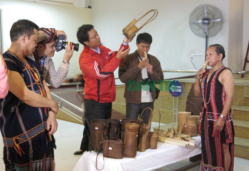 Nghệ nhân Cơ Tu trình diễn các nhạc cụ truyền thống của đồng bào mình