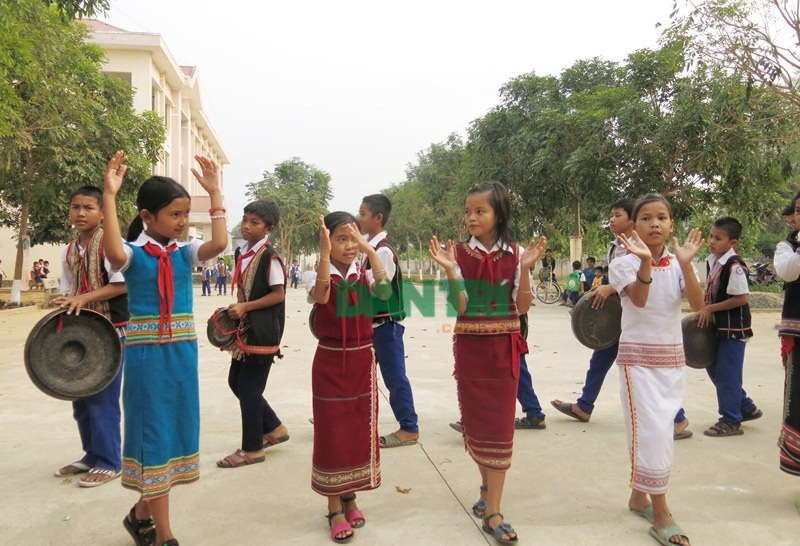Học trò biểu diễn cồng chiêng, múa xoang trong sân trường - 1